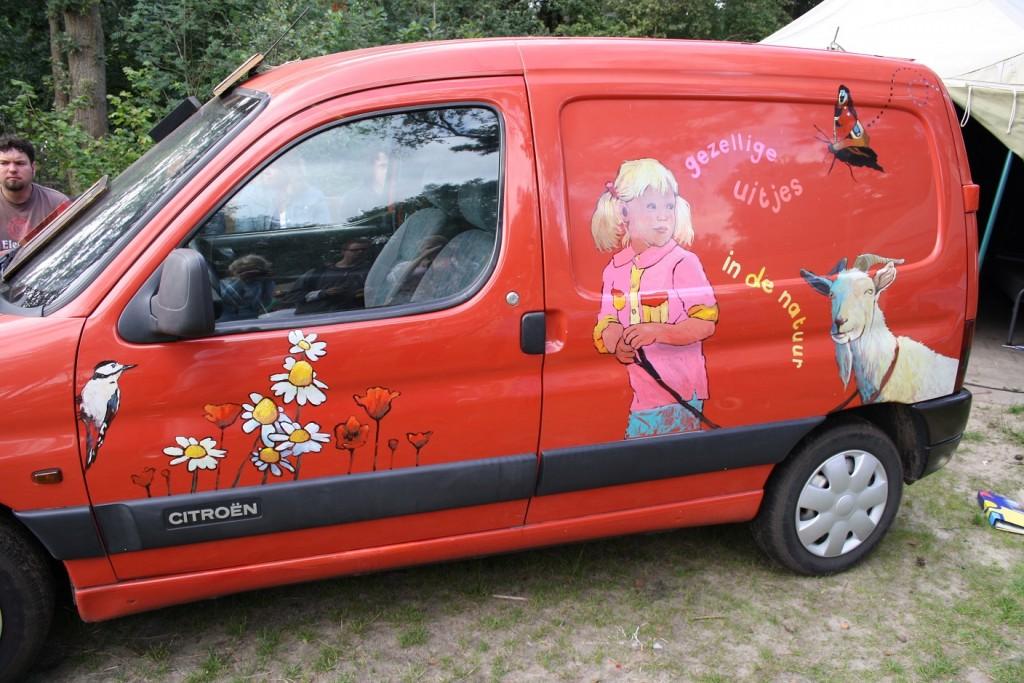 auto beschilderen op kunafestival, voor Taribush